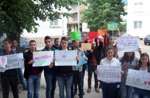 640-420-protest-vyv-vraca-uchenici-se-opylchiha-na-direktor-zashtitavat-uchitelkata